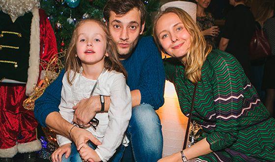 На фото: Роман с женой и дочкой