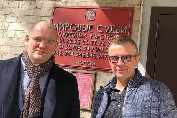 Роман Жуков с адвокатом