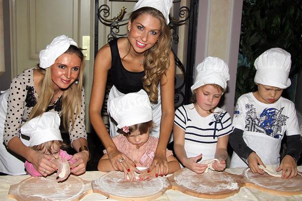 На фото: семья Ромы Жукова готовит пиццу