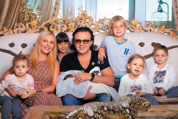 Роман Жуков с женой и детьми