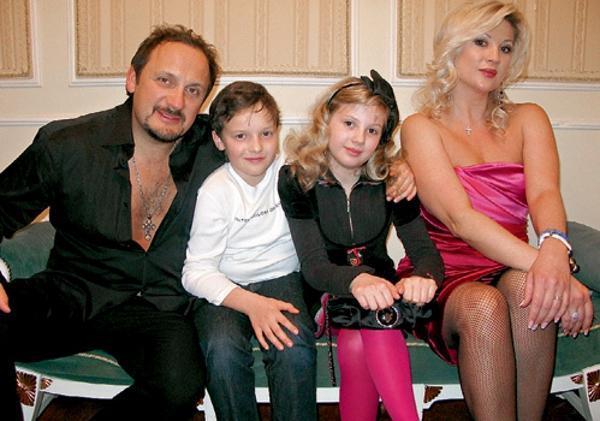 На фото: Стас Михайлов с женой и ее детьми от первого брака