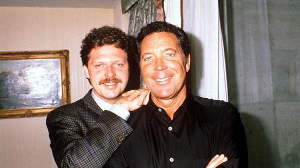 На фото: Том Джонс с сыном