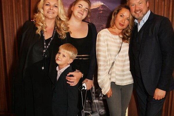 Валдис Пельш с женой и детьми: дочерью от первого брака Эйженой, дочерью Илвой, сыном Эйнером