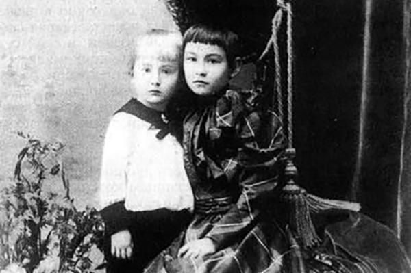На фото: Александр Вертинский в детстве с сестрой Надеждой