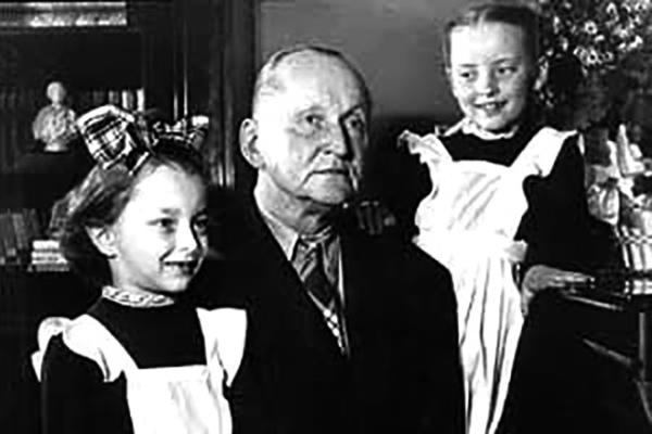 Александр Вертинский с дочерьми: Марианной и Анастасией