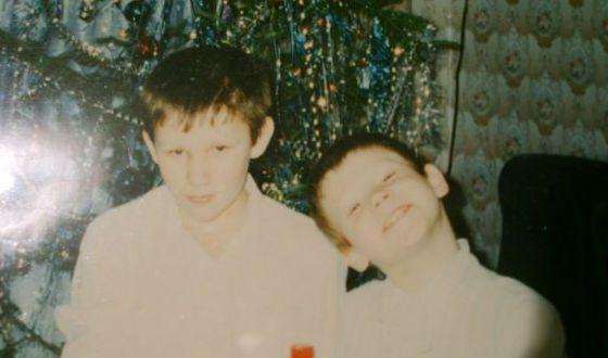 Виктор Хориняк в детстве с братом