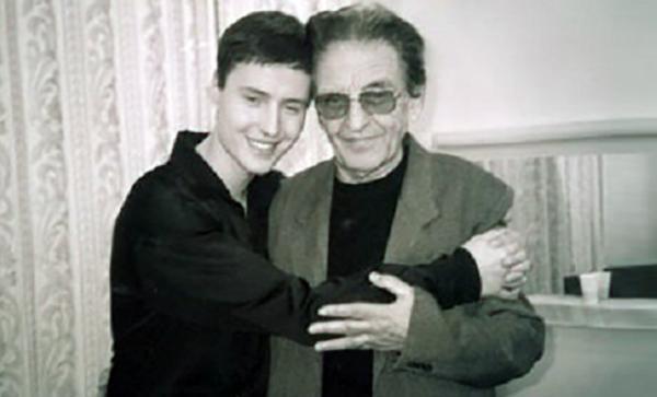 На фото: Виталий с дедушкой