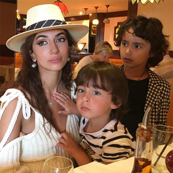 На фото: певица с детьми