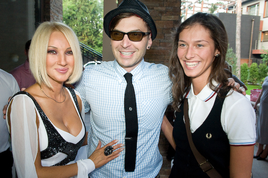 На фото: Лера Кудрявцева, Валерия Снопкова и Александр Анатольевич