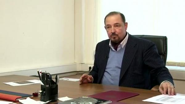 Артем Тарасов дает интервью телеканалу
