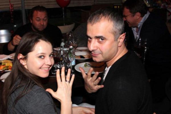 Молодожены демонстрируют обручальные кольца