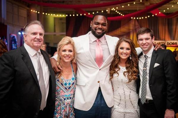 На фото: Майкл с приемной семьей