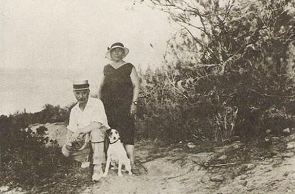 Саша Черный с женой Марией и фоксом Микки на прогулке