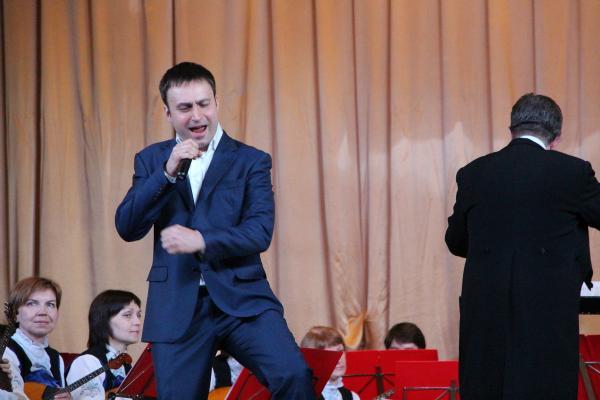На фото: Владислав Косарев и Оркестр русских народных инструментов «Онего»