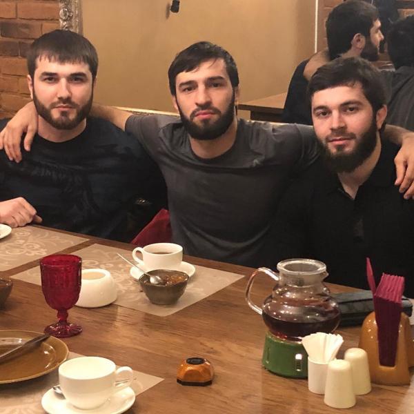На фото: Зубайра Тухугов с друзьями