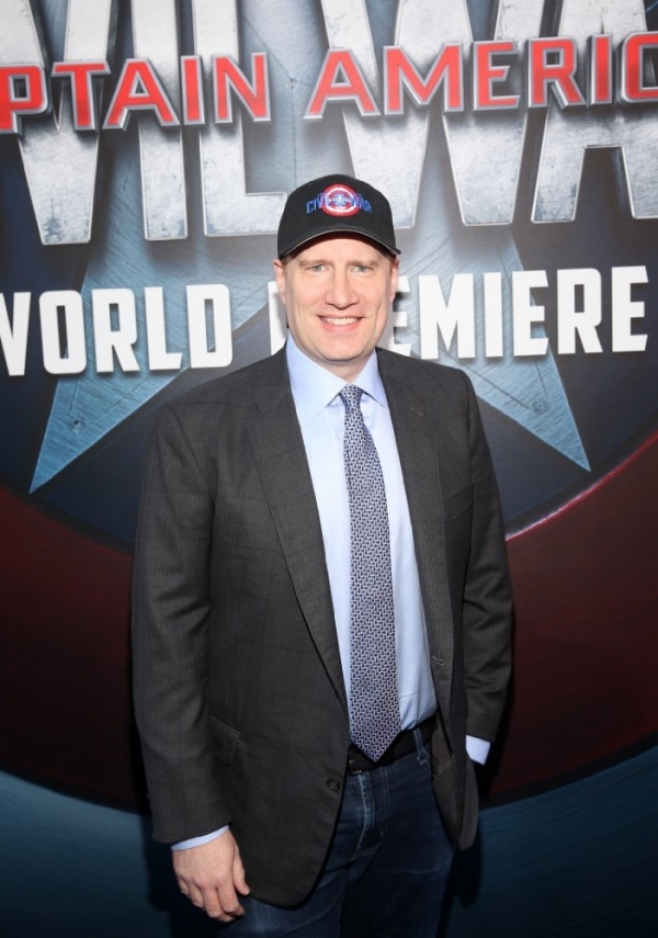 Кевин Файги с логотипом киностудии