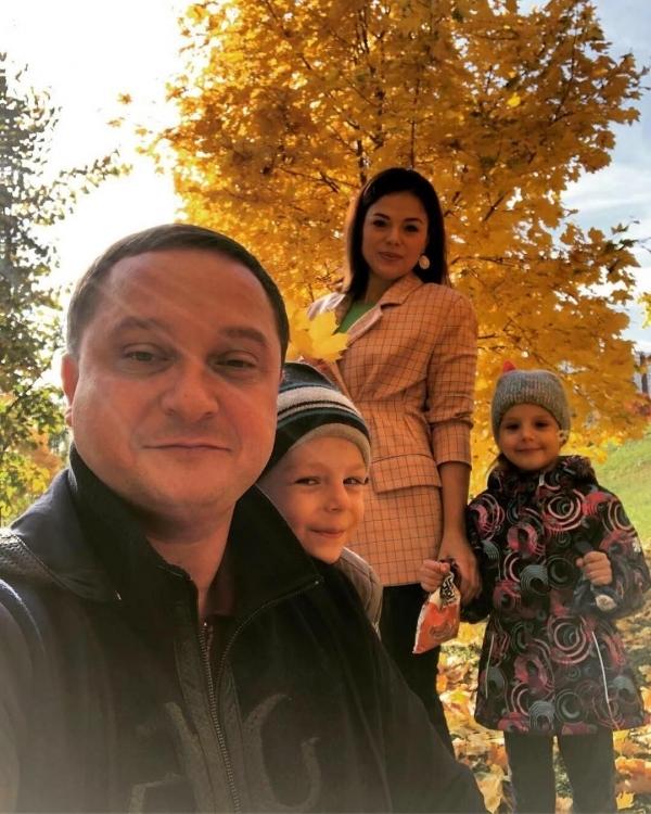 С женой и двойняшками: Дариной и Богданом