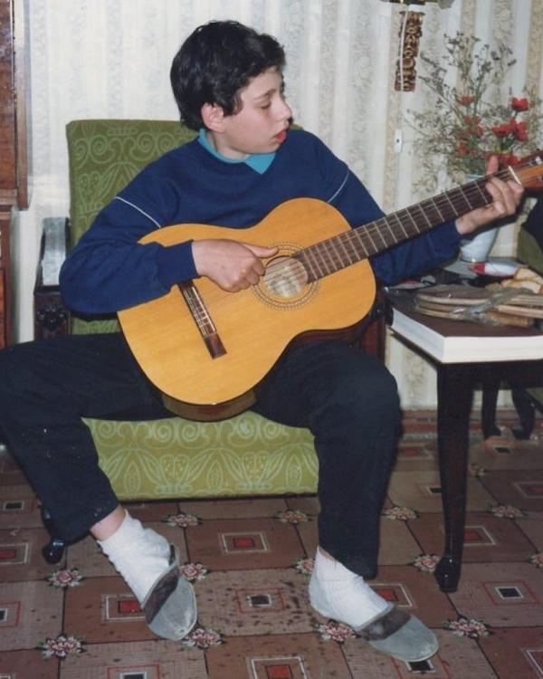В школьные годы Семен научился играть на гитаре